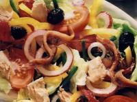 Салат с рыбой и маслинами