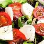 Салат из моцареллы и помидоров
