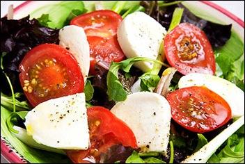 Салат из помидоров и моцареллы