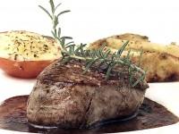 Мясо по-чешски с брусничным соусом