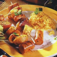 Сосиски, жаренные с картофелем и ананасами